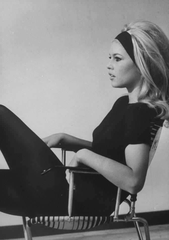 Длинные волосы Бриджит Бардо дополняла аксессуаром в виде ленты