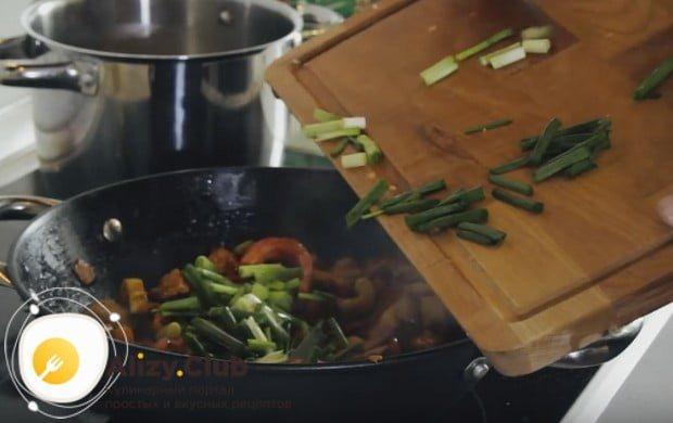 Для аромата, красоты и вкуса добавим в блюдо также свежий зеленый лук.