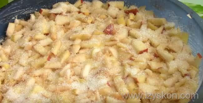 Для приготовления наливного пирога со свежими яблоками на кефире - в смазанную форму для пирога высыпьте тесто, а затем покройте его яблоками и насыпьте побольше сахара