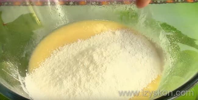 Для приготовления наливного пирога со свежими яблоками на кефире - введите муку