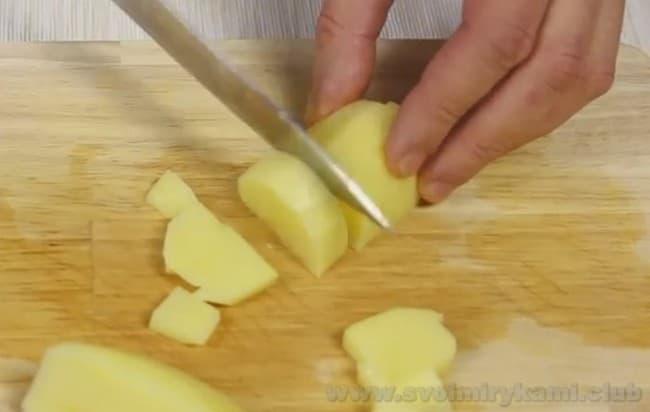 Для приготовления сырного крем-супа с креветками нарезаем картофель.