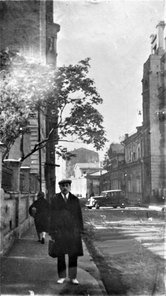 Дмитрий Ильич Гомберг возле дома 26 в Трубниковском переулке. / из личного архива автора