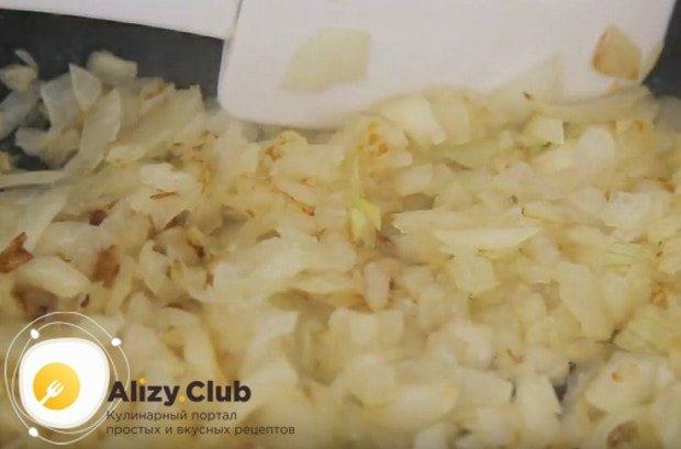 До золотистого цвета обжариваем лук на сковороде с растительным маслом.