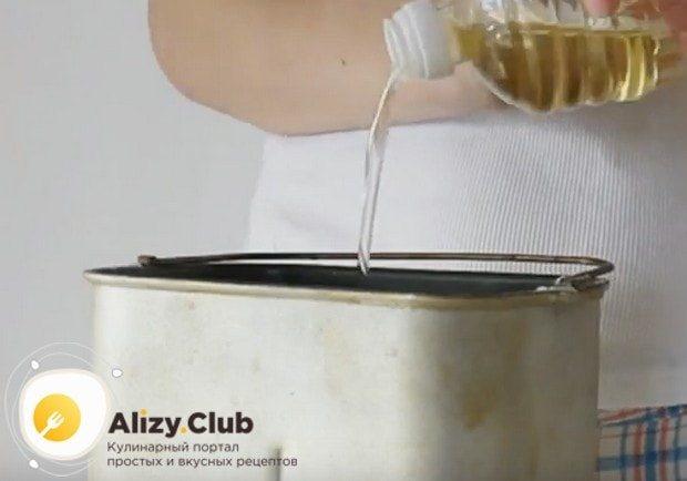 Добавляем сахар и растительное масло.