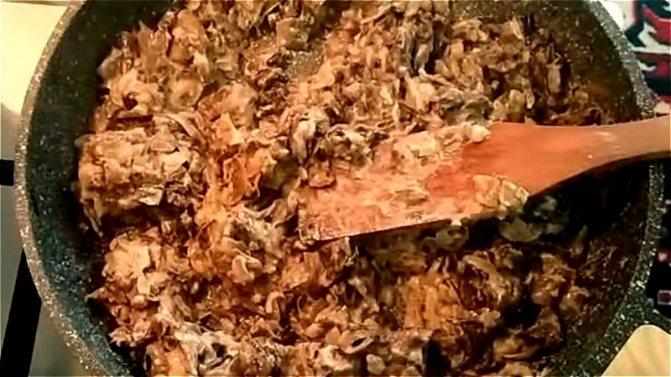 добавляем в обжаренные грибы с луком сметану и плавленный сыр
