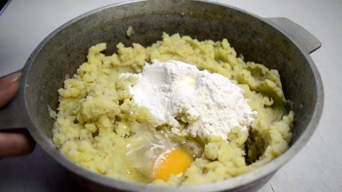добавьте муку, сырое яйцо
