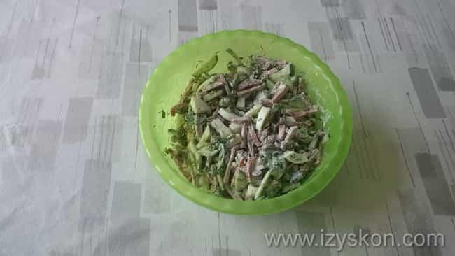 Добавьте заправку и салат готов