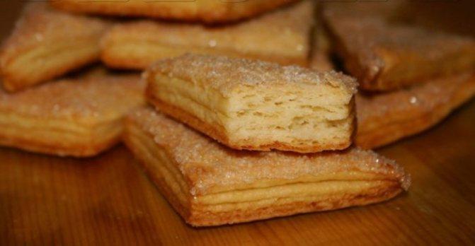 домашнее вкусное бисквитное печенье с сахаром на столе