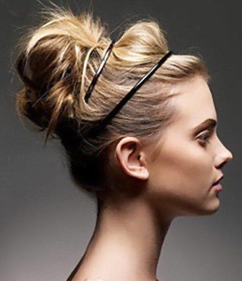 Дополнить образ при грязных коротких волосах поможет тонкий металлический ободок