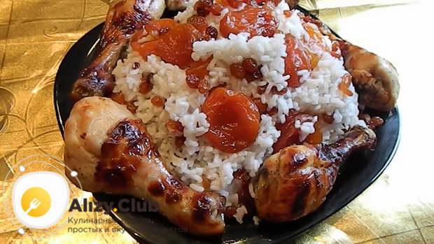 Достаньте из духовки готовые куриные голени, выложите их на тарелки вместе с рисом