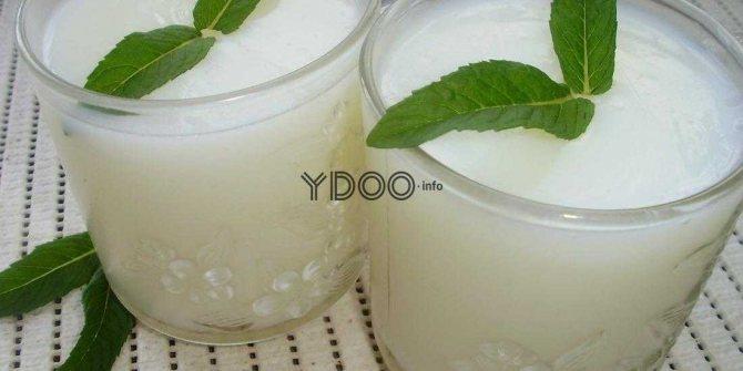 два стакана с молочным киселем