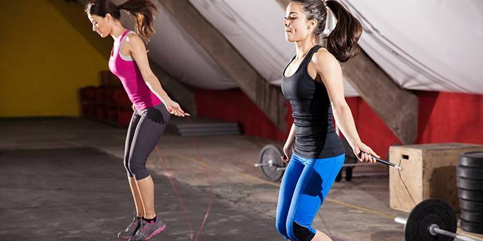 Две девушки прыгают со скакалками