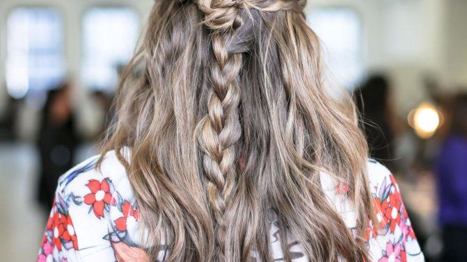 две косы и распущенные волосы