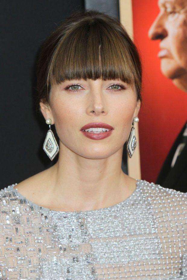 Джессика Биль с естественным макияжем лица в цвете марсела