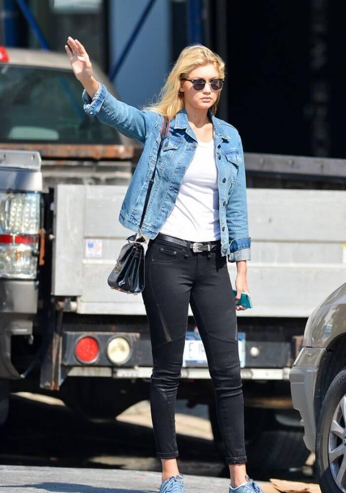 Джинсовая куртка с белой футболкой и черными джинсами