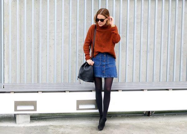 Джинсовая юбка с черными колготками, кроссовками, свитером. С чем модно носить