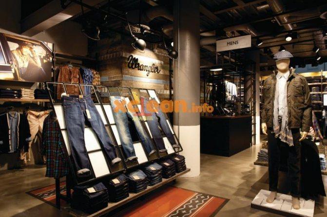 джинсы в магазине