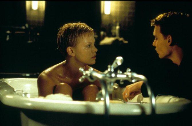Джонни моет Шарлиз в ванной