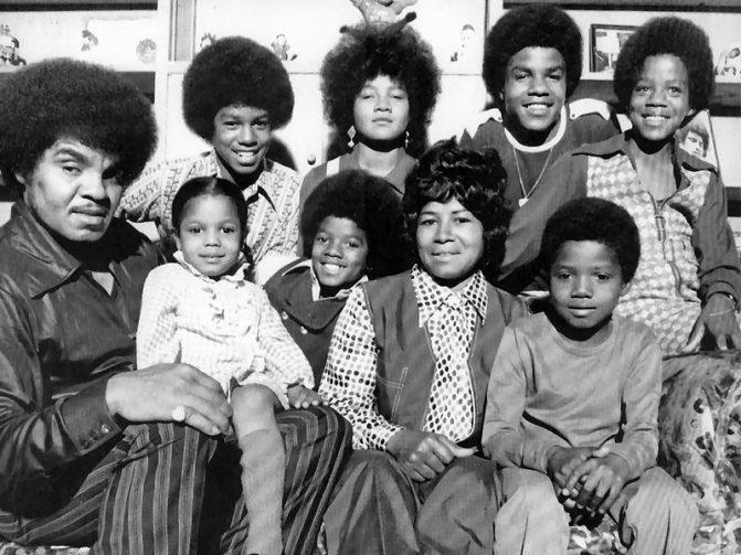 Джозеф и Кэтрин Джексон с детьми. Майкл - в переднем ряду, в центре.