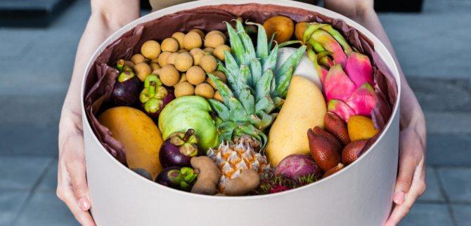 Экзотические фрукты в подарок в шляпных коробках