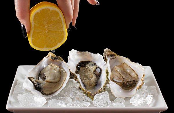 Если к столу поданы устричные вилки, можно использовать другой способ: моллюска наколоть на вилку, полить лимоном и отправить в рот.
