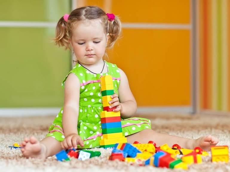Если ребёнок спокойно играет с игрушками,