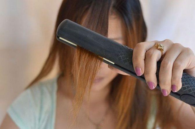 Если у вас волнистые волосы, придется сначала их выпрямить утюжком.