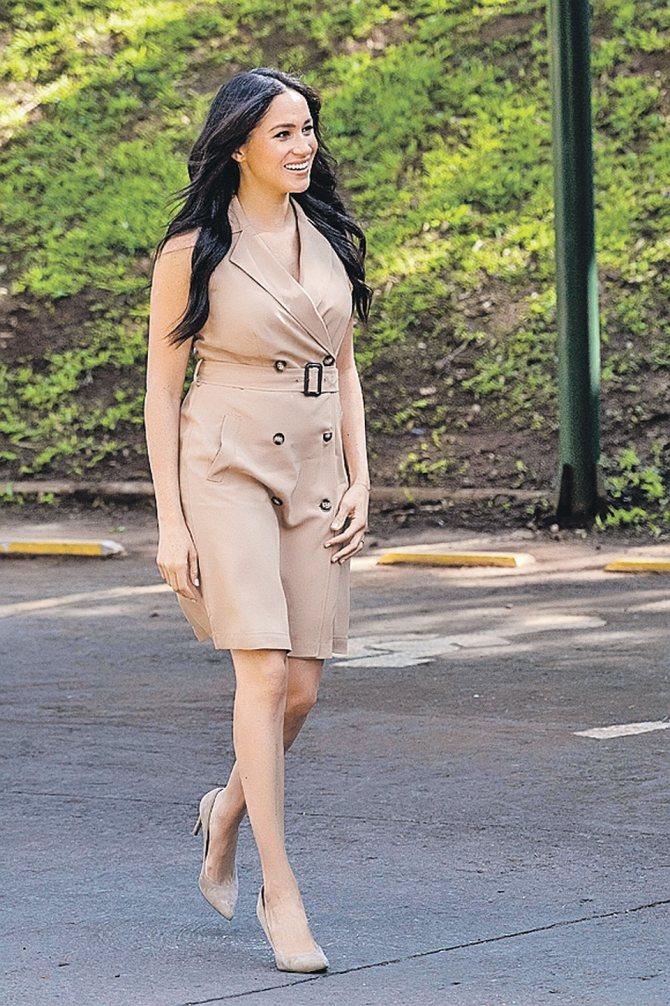 Это американское платье Меган Маркл с оголенными руками и коленями вызвало новую волну негатива в ее адрес. Для венценосных особ такой образ непозволителен. Фото: GLOBAL LOOK PRESS