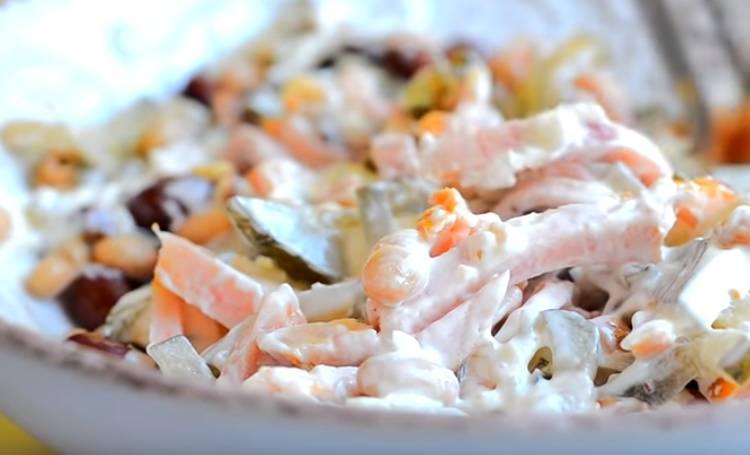 Фасолевый салат с копченой колбасой