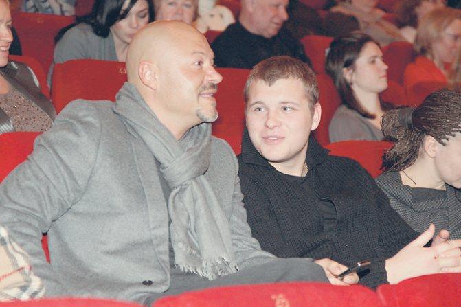 Федор Бондарчук довольно рано стал отцом, а потом и дедом. Сергей, сын режиссера, подарил отцу уже двух внучек. По слухам, Сергей довольно тяжело переживал развод родителей, но со временем принял все перемены в жизни своего знаменитого отца