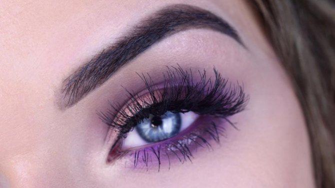 фиолетовый макияж для голубых глаз