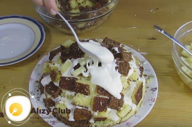 Формируем торт, перемазываем кубики бисквита кремом.