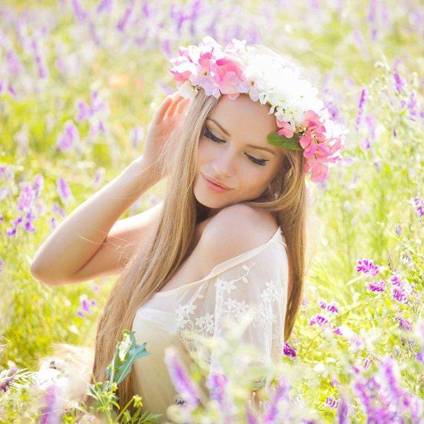 фото девушки в цветущем поле