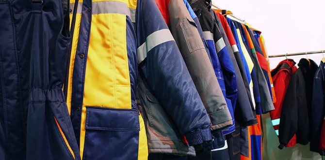 Фото разноцветных рабочих курток, развешанных на вешалках