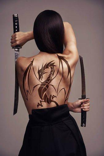 Фото - Тату Дракон у девушки на спине
