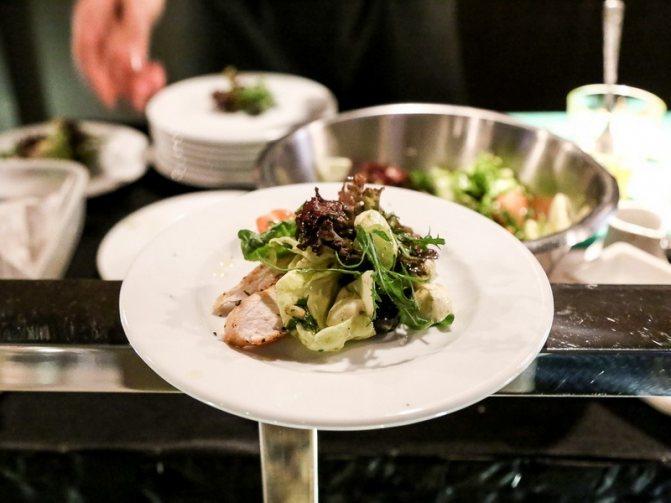 Фотоотчеты: Как готовят ризотто с морепродуктами и теплый салат с курицей в итальянском ресторане «Perfetto»