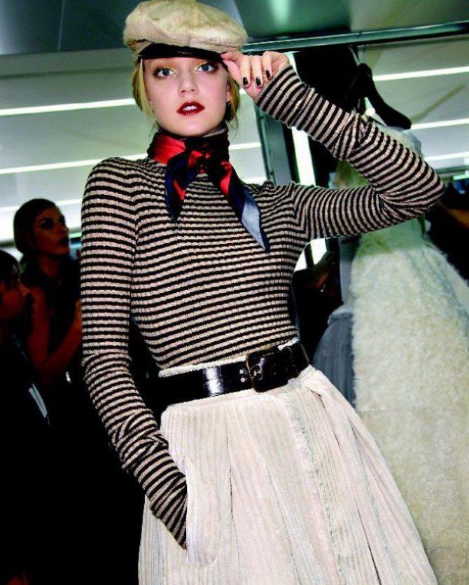 Французский парижский шик - модная девушка в клубе