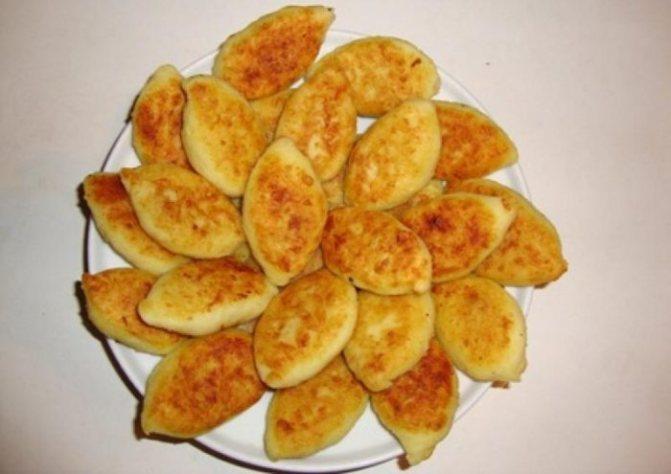горка из ароматных жареных пирожков с картошкой в дорогу