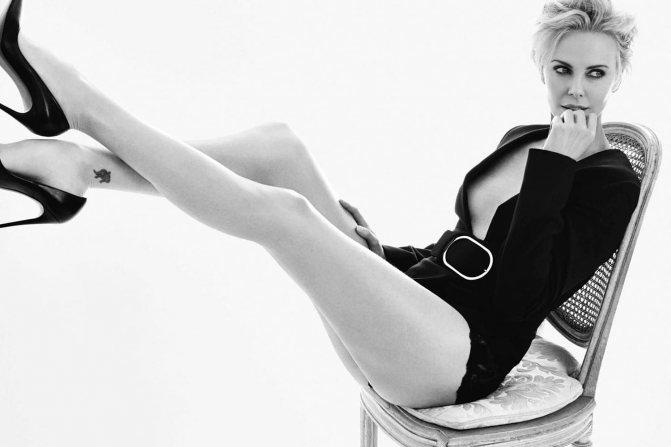 Горячее фото на стуле в черном белье и пиджаке