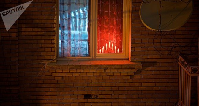 Горящие в огне свечи на Рождество