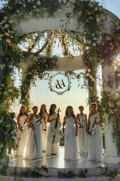Гостей развлекал струнный оркестр