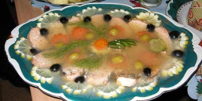 Готовое заливное из семги на тарелке
