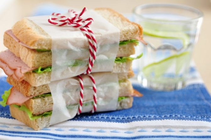 готовые бутерброды на столе, перевязаны нитью