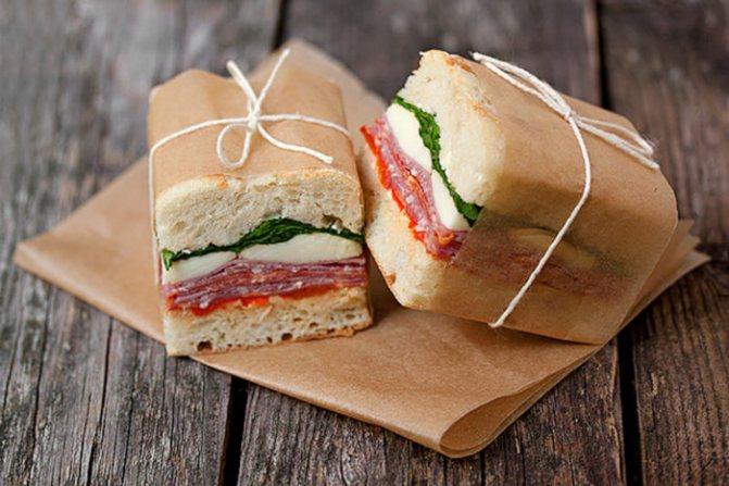 готовые бутерброды в путешествие лежат на столе на бумаге
