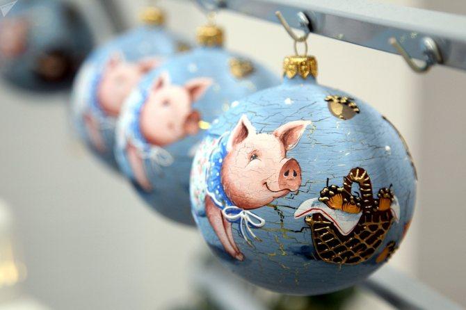 Готовые стеклянные шары на фабрике елочных украшений