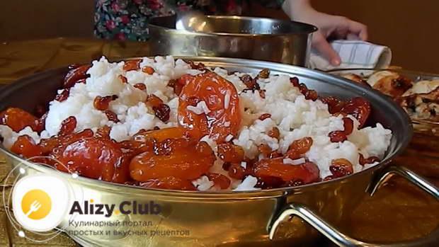 Готовый рис промойте под холодной водой и соедините его с сухофруктами