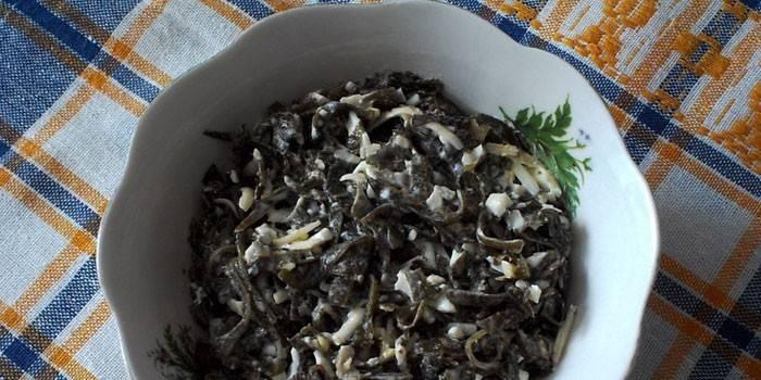 Готовый салат из кальмаров и морской капусты