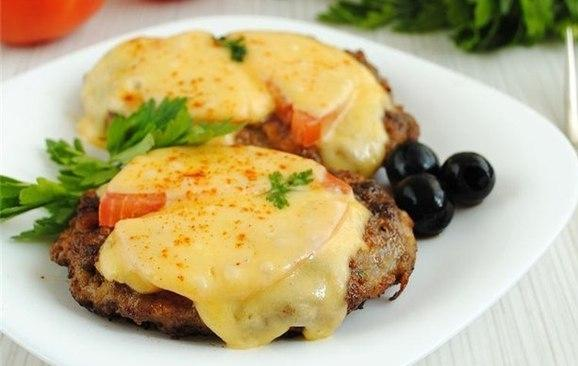 говядина с сыром и помидорами