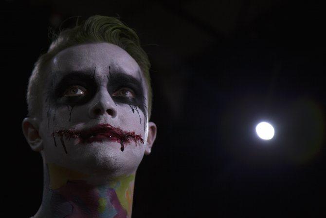 Гримеры предпочли исполнить Джокера а-ля Хит Леджер.