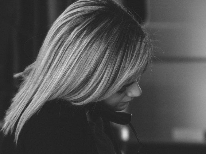 грустная-девушка-говорит-по-телефону
